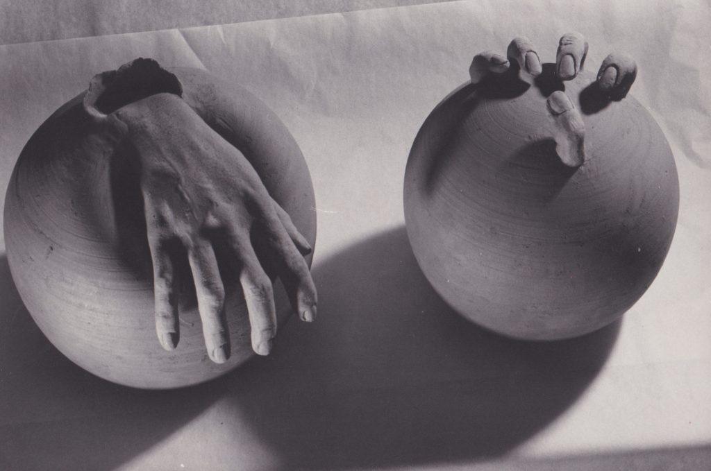 mains sculpture grès
